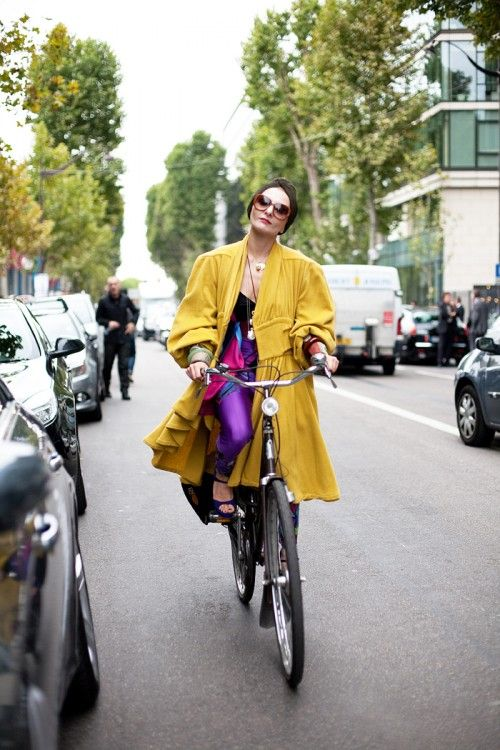A stylist francesa Catherine Baba, musa do movimento Cycle Chic, pedala todo seu estilo pelas ruas de Paris. Je t'aime!