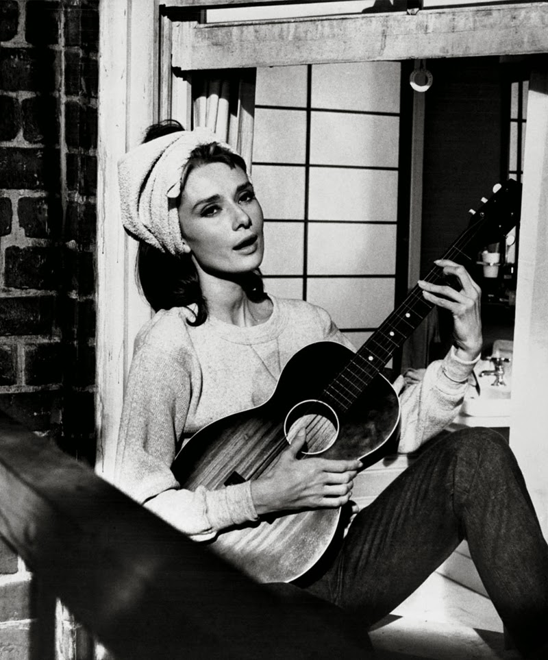 Breakfast_at_Tiffanys - audrey at window