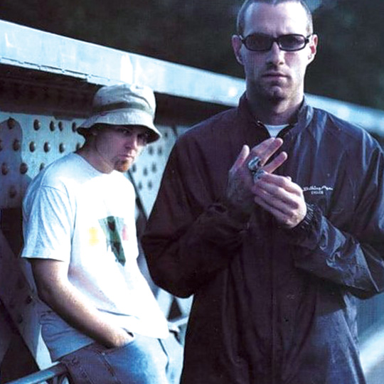 DJ Shadow (ao fundo) com James Lavelle.