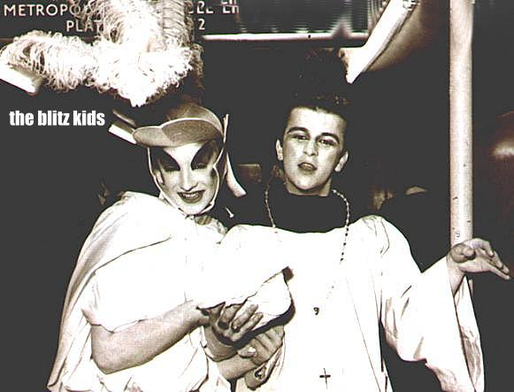 Boy George (à esq.) com Steve Strange no Blitz Club.